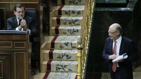 El ministro de Hacienda recibe el aplauso del Presidente del Gobierno (EFE)-