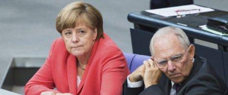 BER501 BERLÍN (ALEMANIA) 17/07/2015.- El ministro de Finanzas alemán, Wolfgang Schäuble (d), y la canciller alemana, Angela Merkel, durante una sesión extraordinaria del Bundestag (cámara baja alemana) en la que se vota la autorización a su Gobierno para la apertura de las negociaciones destinadas a acordar un tercer paquete de rescate para Grecia, en Berlín (Alemania), hoy, 17 de julio de 2015. Merkel presentó hoy el
